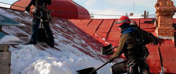 чистка снега со скатных кровель